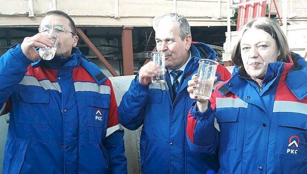 Рискнули здоровьем: коммунальщики выпили по стакану воды из водопровода