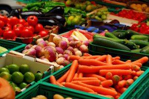 В овощах и фруктах нашли высокое содержание нитратов и яйца гельминтов