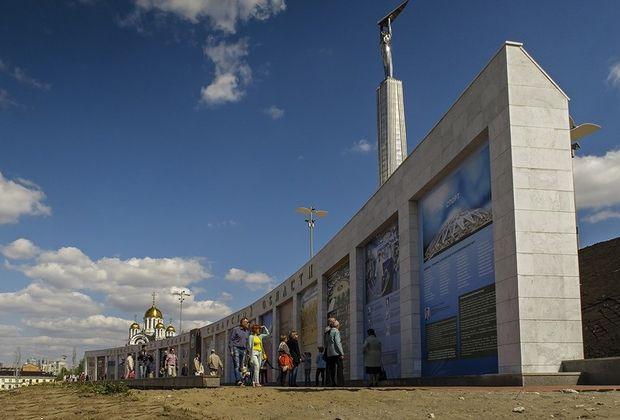 На месте неудачного мемориала на площади Славы могут сделать «крылатые качели»